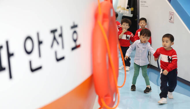 어린이들이 3층 선박안전체험관에 마련된 모형 선박 '안전호'를 바라보고 있다. 선박안전체험관에서는 승선시 안전수칙, 선박안전장치, 선박에 비치된 구명설비 등의 안전교육을 받을 수 있다. 우상조 기자