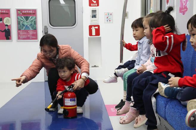 어린이들이 3층 철도안전체험관에서 한 어린이가 불을 끄는 체험을 하고 있다. 우상조 기자