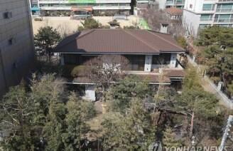 박근혜 자택에 계란 던진 남성, 경찰 연행'