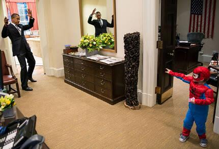 2012년 그는 농구 경기를 보러 갔다가 '키스 타임'에 걸려 부인 미셸과 입맞춤을 하거나(위 사진), 핼러윈을 맞아 백악관에 놀러온 꼬마와 어울리는 등 소탈한 모습을 보여줬다.     백악관