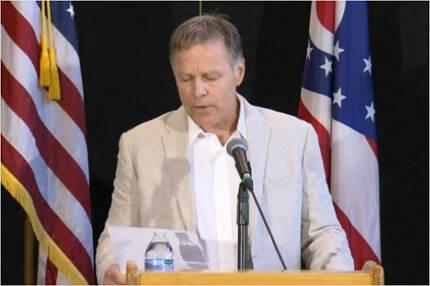15일(현지시간) 기자회견에서 입장을 발표하고 있는 오토 웜비어의 아버지 프레드 웜비어. 그는 아들이 북한에서 재판받을 때 입은 자켓을 입고 나왔다.