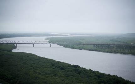 두만강 하구 북·중·러 접경 중국 측 팡촨(防川) 전망대에서 바라본 북·러대교(철교). 왼쪽은 러시아 하산역, 오른쪽에는 북한 두만강역이 있다. [중앙포토]