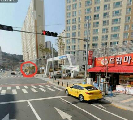홍영화씨가 운영하는 CU편의점(빨간색 원)과 아파트 정문을 사이에 두고 60m 떨어진 곳에 GS25(현 드림마트)가 이달 중 개점을 앞두고 막바지 공사를 하고 있다. 홍영화씨 제공