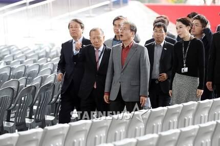제22회 부산국제영화제가 열리고 있는 영화의전당을 찾은 문재인 대통령/사진=이기범 기자