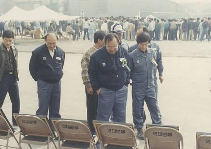 1989년 10월 당시 노조사무국장이던 노재우씨(오른쪽)가 박광보 삼미특수강 사장 등과 연축압연공장 신설 준공기념식에 전시된 사진을 둘러보고 있다. [사진 노재우씨 제공]