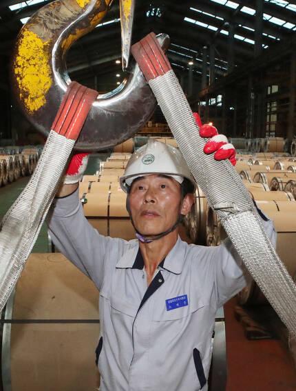 개발세대 노재우씨가 지난 13일 경남 창원 공장에서 근무하고 있다. 노 씨는 56세 때 정년 퇴임한 뒤 비정규직으로 재취업했다. 송봉근 기자