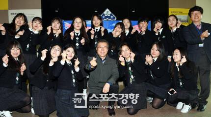 포항 지진 피해 현장을 찾은 문재인 대통령이 24일 포항여고를 찾아 재학생들과 기념사진을 찍고 있다. 청와대사진기자단