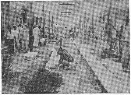 1979년 3월8일 경향신문에 게재된 사우디아라비아 시장 거리를 포장하고 있는 한국 청년들. 경향신문 자료사진