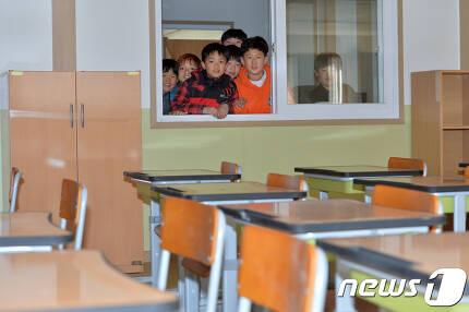 지진으로 학교가 폐쇄된 경북 포항시 흥해초등학교 학생들이 20일 오후 운동장 한쪽에 마련된 컨테이너 교실 내부를 살펴보고 있다.흥해초등학교는 지난해 11월 15일 발생한 규모 5.4지진 때 본관 건물 3개동 중 2개동이 안전진단에서 위험판정을 받았다.컨테이너 교실에서는 3월 1일부터 5~6학년이 수업을 받게 되며 유치원생과 1~4학년은 수리를 마친 건물에서 신학기수업을 하게 된다.2018.2.20/뉴스1 © News1 최창호 기자