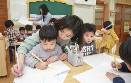 지난달 28일 서울 동작구 신영어린이집에서 중앙일보 이에스더 기자가 아이들과 함께 그림을 그리고 있다. 이날 어린이집에서 일일 보육교사 체험을 하며 3세반 아이들을 돌봤다. [임현동 기자]