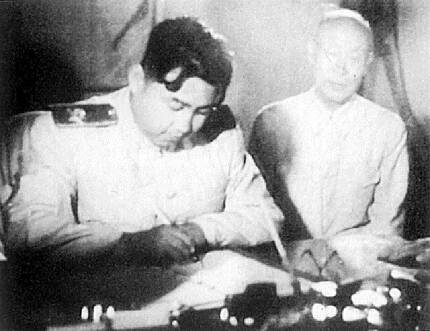 1953년 7월27일 정전협정에 서명하고 있는 북한 인민군 총사령관 김일성. <한겨레> 자료사진