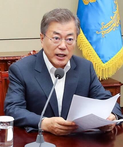 문재인 대통령이 지난달 30일 오후 청와대 여민관에서 열린 수석·보좌관회의에서 발언하고 있다. 청와대 사진기자단
