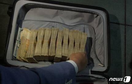 불법 웹툰사이트 '밤토끼' 운영자가 몰고다니던 차 안에서 발견된 현금 1억 2000만원 상당.(부산지방경찰청 제공)© News1