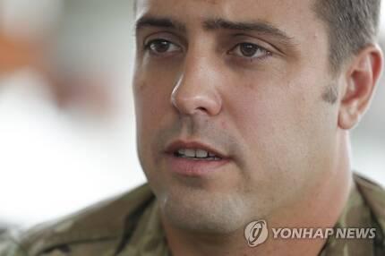 구조 과정 설명하는 미 공군 앤더슨 상사[AP=연합뉴스]