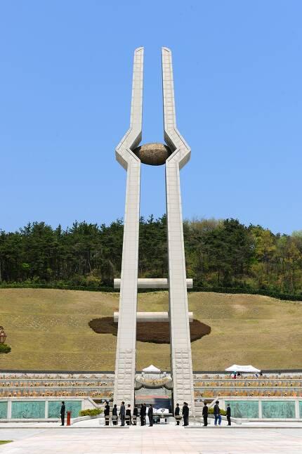 국립5·18민주묘지 안에 우뚝 서 있는 40m 높이의 5·18민중항쟁 추모탑. 광주시 제공
