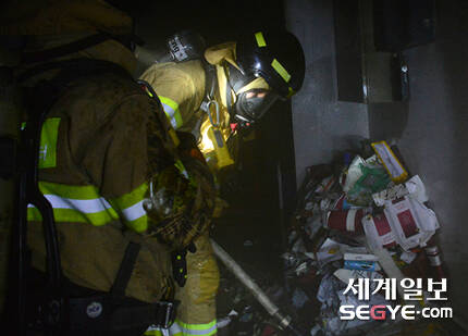 서울 낮 최고 기온이 35도까지 치솟는 등 폭염 특보가 내려진 지난 20일 오후 서울 중구 남산동 3가 한 건물 지하 1층에서 불이 나 소방대원들이 진화작업을 하고 있다.