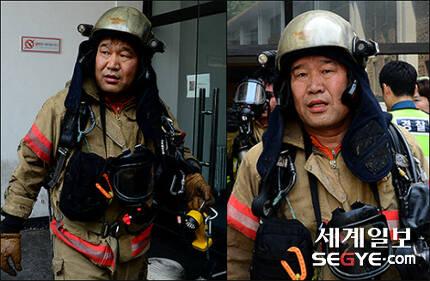 서울 낮 최고 기온이 35도까지 치솟는 등 폭염 특보가 내려진 지난 20일 오후 서울 도심 속 화재현장에서 진화작업 중인구조 2대장 정윤태 소방위가 굵은 땀방울을 흘리고 있다.