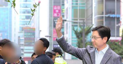 '드루킹' 일당의 댓글 공작에 연루된 의혹을 받고 있는 김경수 경남도지사가 지난 6일 오전 서울 서초구 허익범 특검 사무실에 피의자 신분으로 조사를 받기 위해 출석하며 지지자들의 꽃세례를 받고 있다. [뉴스1]