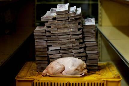 2.4㎏ 나가는 닭 한 마리를 수도 카라카스에서 사려면 1460만 볼리바르가 있어야 한다. 그런데 롤린스 기자는 미국에서는 2.22달러(약 2483원)만 든다고 약간 믿기지 않는 얘기를 했다.