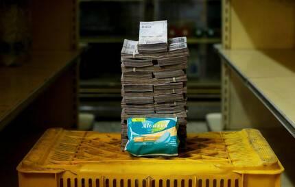 """지난달까지 이 나라의 물가 상승률은 8만 2700%였다. 회사원 알리시아 마르티네스는 서부 마라카이보의 한 슈퍼마켓에 채소를 사려고 찾았다가 길게 장사진을 쳐야 한다는 사실에 기겁해 돌아섰다고 로이터통신에 털어놓았다.마르티네스는 """"사람들이 미쳐가는 것 같다""""고 했다. 생리대 한 통을 사려면 350만 볼리바르가 든다."""