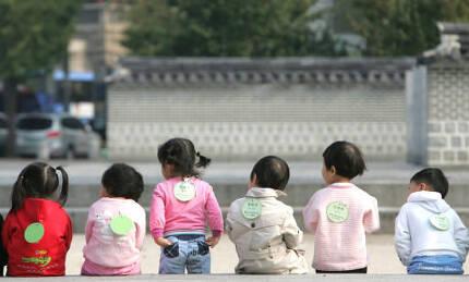 아이돌봄서비스는 만 12살 이하 자녀(영아종일제는 만 3개월~36개월 이하)가 있는 집을 방문해 개별적으로 돌봐주는 정부 사업이다.  한겨레 자료사진