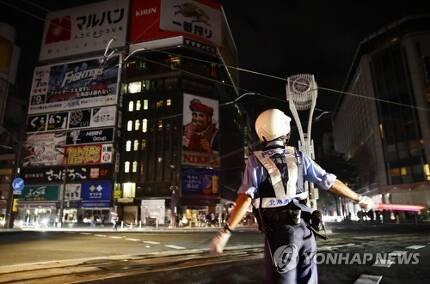 삿포로, 지진으로 정전 (삿포로 교도=연합뉴스) 일본 북단 홋카이도 남쪽에서 6일 새벽 3시 8분께 규모 6.7의 지진이 발생했다. 사진은 이날 지진으로 정전이 발생한 삿포로 시내 교차로에서 교통정리를 하는 경찰. photo@yna.co.kr (끝)