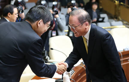 2013년 이동흡 헌법재판소장후보자가 청문회에 출석하는 모습 [중앙포토]
