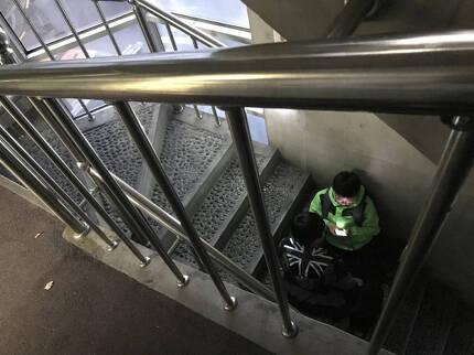 서울 마포구 공덕동의 한 보습학원 계단에서 초등학생이 스마트폰으로 게임을 하고 있다.이처럼 어두운 곳에서 스마트폰을 사용하면 눈의 피로도가 높아져 눈 건강에 해롭다. 이정아 기자 leej@hani.co.kr
