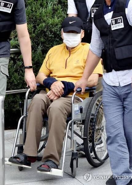 법원으로 이동하는 엽총 난사 범인 [연합뉴스 자료사진]