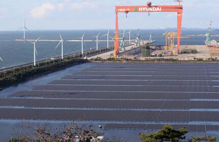 29일 오후 전북 군산시 군산2산업단지 유수지에 국내 최대 규모(유수지 면적 112,584평, 모듈 설치면적 67,548평)의 수상 태양광 발전소가 들어서 있다. 정부는 2022년까지 전북 새만금에 원자력 발전기 4기 용량에 해당하는 태양광 풍력발전단지를 건설할 계획이다. 뒷편은 가동이 중단된 현대중공업 군산조선소. /사진=뉴스1