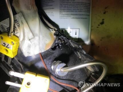 BMW 화재원인 시험 과정 (서울=연합뉴스) 한국교통안전공단이 7일 공개한 BMW 화재원인 시험 과정 모습. 화염발생 부품(EGR쿨러 및 흡기다기관)을 탈거하니 합구부에 천공이 발생했다. 공단은 이날 BMW 화재는 'EGR 바이패스' 문제가 아닌 'EGR 밸브' 문제라고 밝혔다. [한국교통안전공단 제공]    photo@yna.co.kr  (끝)