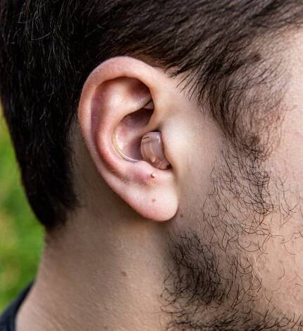 세르주 파게가 공공장소에서 청각 기능을 향상시키기 위해 삽입하는 700만원 짜리 보청기. [사진 가디언]
