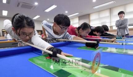 경기 화성시 화원초등학교 당구부 학생들이 스트로크 연습을 하고 있다.