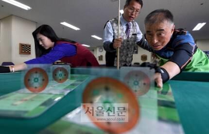 서울 금천구에 위치한 당구전문 교육업체인 한국 당구아카데미에서 노인과 여성이 스트로크 연습을 하고 있다.