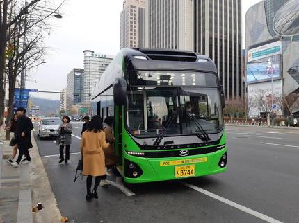 18일 친환경 전기버스가 서울 중구 덕수궁 앞 버스정류장에 정차하고 있다.
