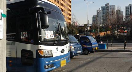 6일 서울 마포구 케이티(KT) 아현국사 앞 도로에 케이티에서 직원들에게 제공한 '셔틀버스'가 서 있다. 사진 이정규 기자