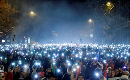 16일 헝가리 부다페스트에서 반정부 시위 참가자들이 핸드폰 불빛을 밝히고 있다. [로이터연합뉴스]