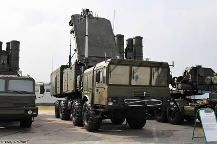 러시아 지대공 미사일 S-400의 92N6E 레이더와 미사일 발사대. [사진 위키피디아]