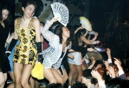 버블 절정기 나이트클럽에서 풍요로움을 만끽하는 일본 젊은층 모습. 당시 여성들 사이에서 '부채춤'이 크게 유행했다. 사진=마이니치신문 <활활 타오르는 버블 시대>