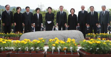 2017년 5월23일 경남 김해 봉하마을에서 열린 노무현 전 대통령 8주기 추모식에 참석한 문재인 대통령(오른쪽 5번째)이 묘역을 참배하고 있다. 세계일보 자료사진