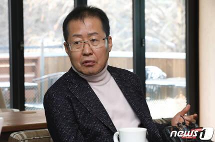 자유한국당 당권 도전을 선언한 홍준표 전 대표가 8일 오후 경남 창원시 의창구의 한 카페에서 기자들과 간담회를 하고 있다. 2019.2.8/뉴스1 © News1 여주연 기자