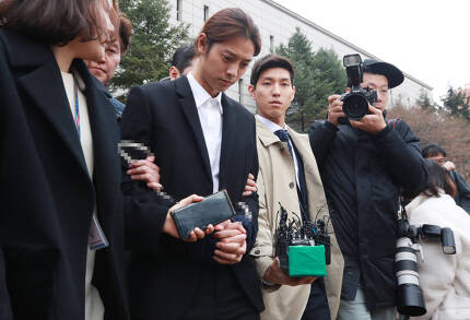 성관계 동영상을 불법적으로 촬영·유통한 혐의를 받는 정준영이 21일 서울중앙지법에서 열린 구속 전 피의자 심문(영장실질심사)을 마치고 법정 밖으로 나서고 있다.(사진=연합뉴스)