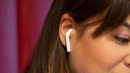 에어팟은 귀에 밀착된 상태로 이용하므로 배터리 과열시 다칠 우려가 크다. (사진=씨넷닷컴)