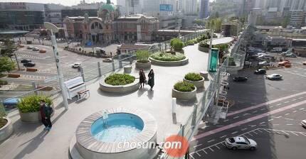 서울 낮 최고기온이 28도까지 치솟은 지난 22일 오후 콘크리트 열기로 데워진 서울 중구 '서울로7017'이 한산한 모습을 보이고 있다. /고운호 기자
