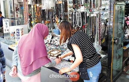 지난 4일 오후 서울 중구 남대문시장 상가에서 무슬림 관광객이 액세서리를 둘러보고 있다. 최근 이곳에는 히잡을 고정하기 위한 브로치를 쇼핑하는 무슬림이 부쩍 늘었다고 한다. /이해인 기자