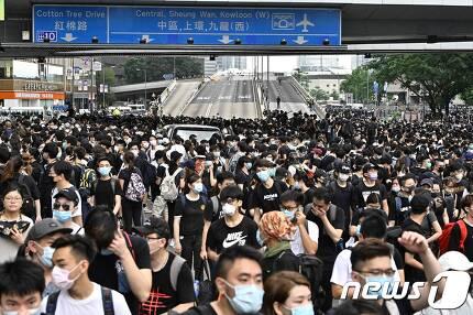홍콩 시민들이 12일 아침 일찍부터 도로를 점거하고 시위에 돌입했다. © AFP=뉴스1