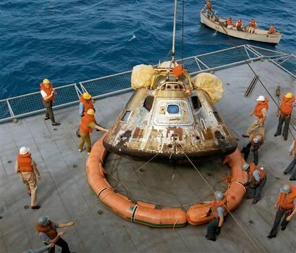7월 24일 태평양에 떨어진 아폴로 11호가 미 해군 항공모함 '호넷'에 실리는 모습.NASA 제공