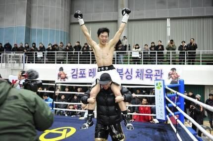WBA 아시아 라이트급 챔피언에 오른 김황길이 김한상 관장의 무등을 타고 있다.