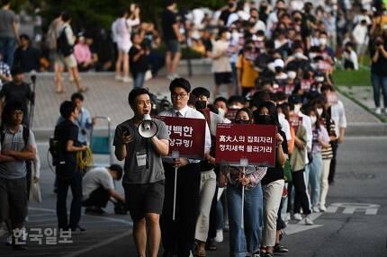 고려대 학생들이 23일 오후 서울 고려대 안암캠퍼스 중앙광장에서 조국 법무부 장관 후보자 딸 의혹 관련 집회 도중 행진하고 있다. 학생들이 든 피켓에 '정치세력 물러가라'는 문구가 적혀있다. 박형기 인턴기자