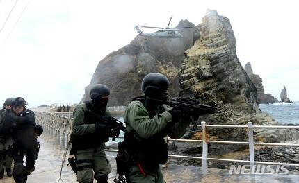【독도=뉴시스】해군 제1함대사령부 특전대대(UDT SEAL), 동해지방해양경찰청 특공대 대원들이 독도에서 독도방어훈련을 하고 있다. (사진=해군 제1함대사령부 제공). 2019.08.12. photo@newsis.com